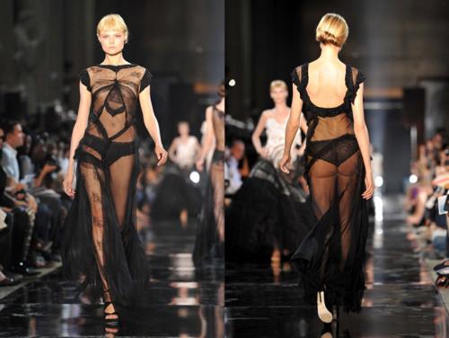 Hình ảnh Những pha lộ ngực gây sốc trên catwalk số 13