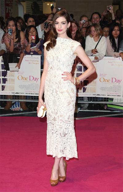 Hình ảnh Kiều nữ quyến rũ với váy ren trắng số 16