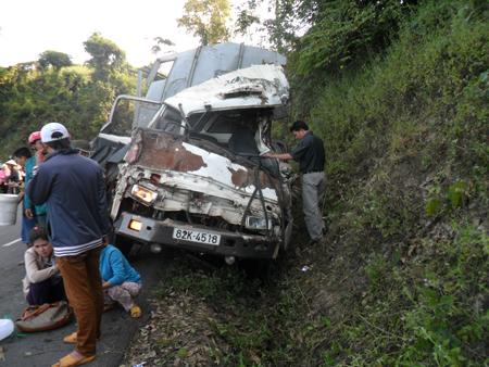 Hình ảnh Xe tải lao vào vách núi làm 3 người chết, 6 người bị thương số 1