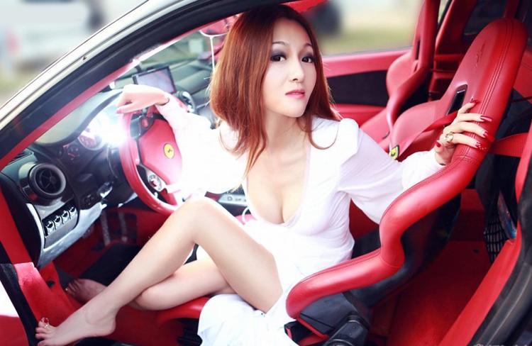 Người đẹp khoe vòng 1 đầy bí ẩn bên siêu xe