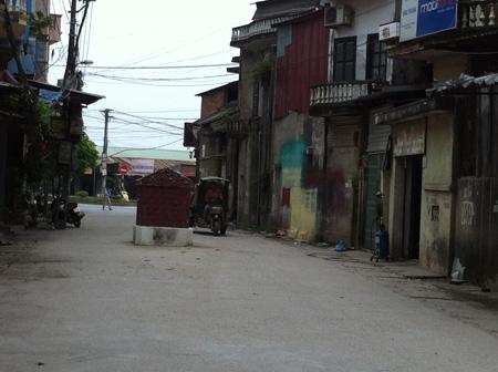 Kỳ lạ 'ngôi miếu' giữa đường không ai dám dời