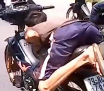 Hình ảnh Quái xế đi xe máy diễn xiếc trên quốc lộ số 3