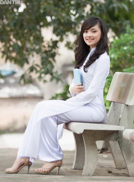 Hình ảnh Hoa khôi 9X xứ chè tinh khôi trong áo dài trắng