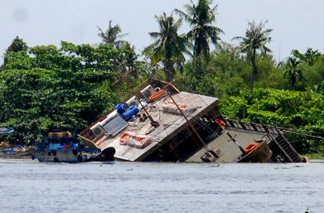 Tàu du lịch bất ngờ chìm xuống sông Sài Gòn 5