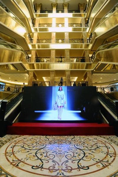 Bóc khối hàng hiệu khủng trăm triệu đô của bố chồng Hà Tăng