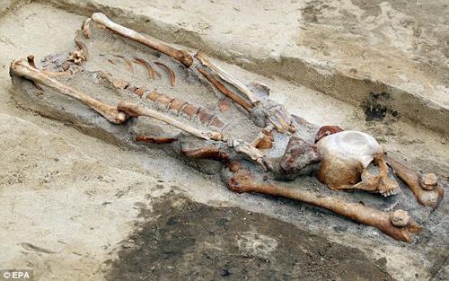 Tiêu điểm - Cận cảnh mộ 'ma cà rồng' bị cắt đầu đặt xuống chân