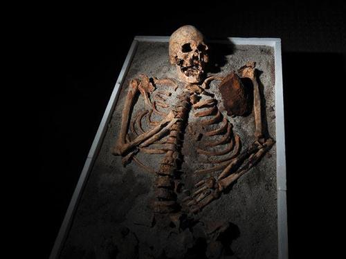 Cận cảnh mộ ma cà rồng bị cắt đầu đặt xuống chân