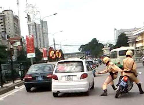 Hình ảnh Hàng chục cảnh sát bủa vây tài xế xe điên số 2