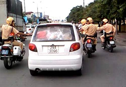Hình ảnh Hàng chục cảnh sát bủa vây tài xế xe điên số 1