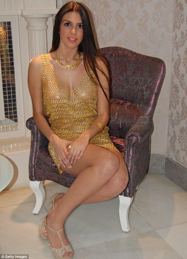 Choáng với chiếc váy 3 tỷ làm bằng vàng 6