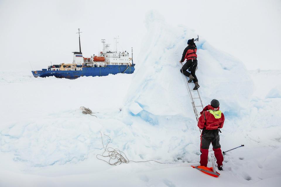 Tàu mắc kẹt ở Nam Cực trong hơn một tuần đã được giải cứu 7