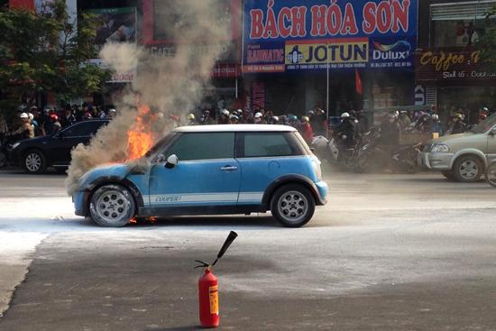 Mini Cooper bỗng dưng bốc cháy  5