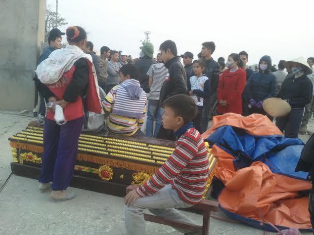 Mang quan tài diễu hành vây nhà máy xi măng 5
