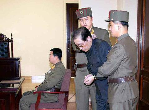 Kim Jong Un xử tử chú bằng 120 con chó đói? 6
