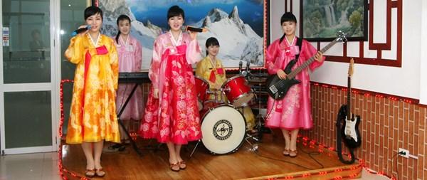 """Cận cảnh """"hot girls"""" Triều Tiên đàn hát tại Hà Nội 17"""