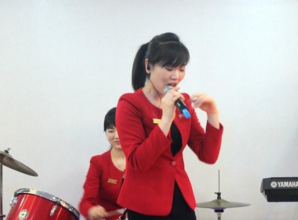 """Cận cảnh """"hot girls"""" Triều Tiên đàn hát tại Hà Nội 14"""