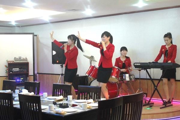 """Cận cảnh """"hot girls"""" Triều Tiên đàn hát tại Hà Nội 6"""