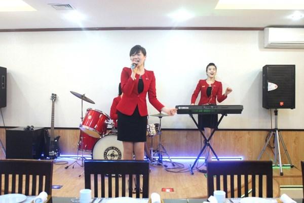 """Cận cảnh """"hot girls"""" Triều Tiên đàn hát tại Hà Nội 7"""