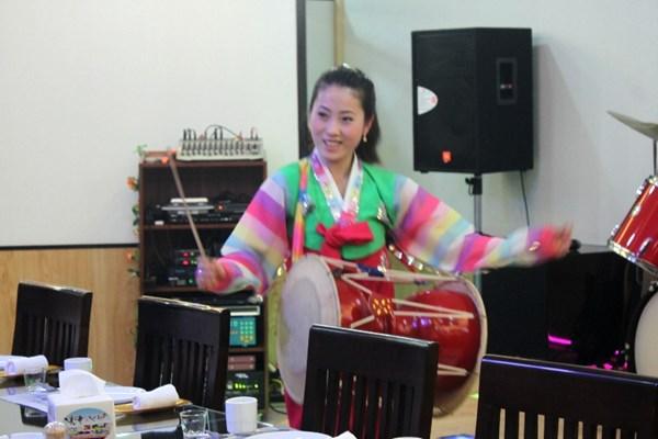 """Cận cảnh """"hot girls"""" Triều Tiên đàn hát tại Hà Nội 10"""