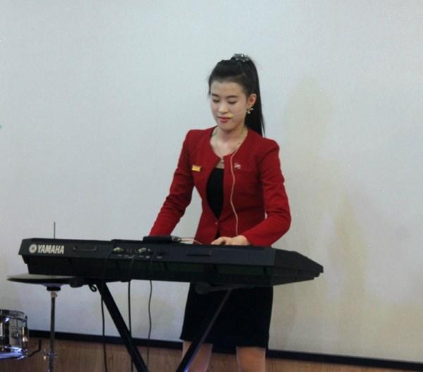 """Cận cảnh """"hot girls"""" Triều Tiên đàn hát tại Hà Nội 12"""