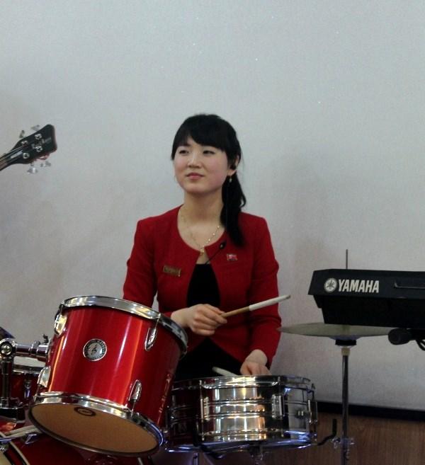 """Cận cảnh """"hot girls"""" Triều Tiên đàn hát tại Hà Nội 13"""