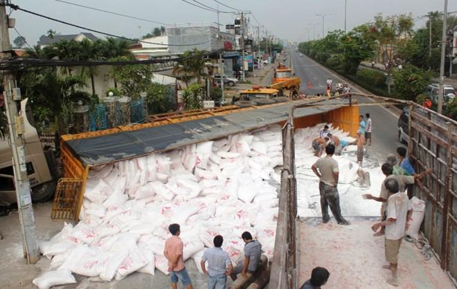 Xe chở 50 tấn bột mì bị lật, người dân bảo vệ tài xế khỏi bị hôi của 5