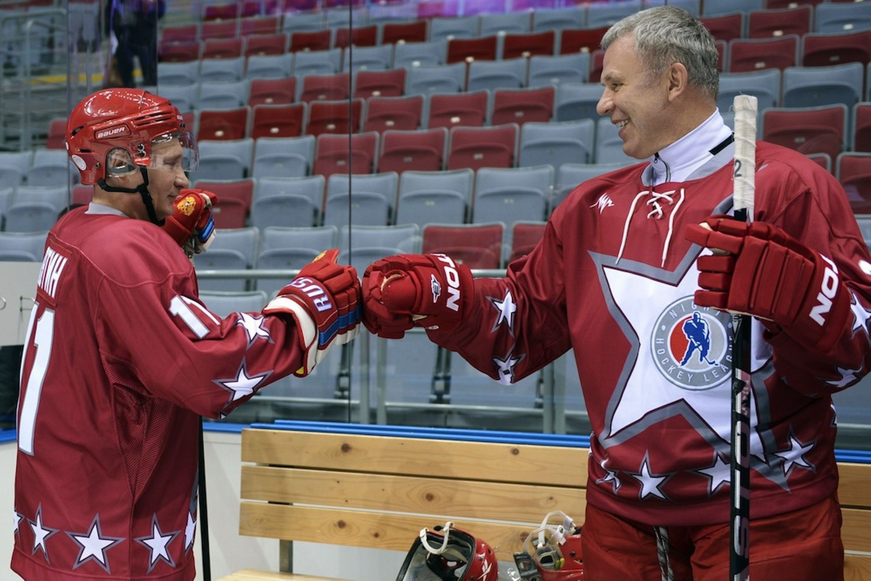 Tổng thống 60 tuổi Vladimir Putin hăng say chơi hockey 7