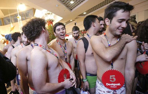 Hàng trăm nam thanh nữ tú mặc đồ lót xếp hàng mua đồ miễn phí 10