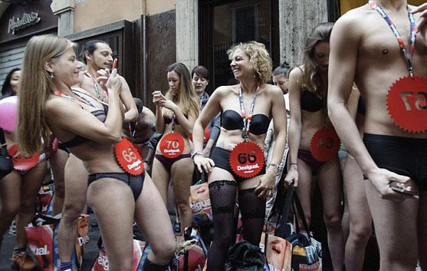 Hàng trăm nam thanh nữ tú mặc đồ lót xếp hàng mua đồ miễn phí 8