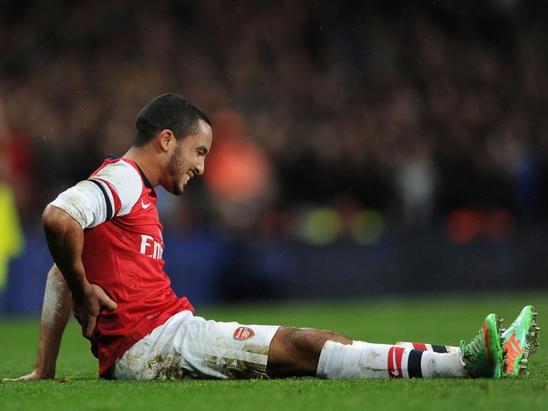 Walcott nghỉ hết mùa, Arsenal trả giá đắt cho trận thắng Tottenham 5