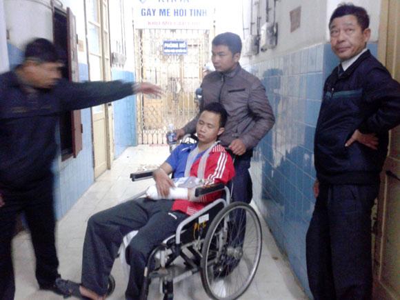 Pháo hoa que phát nổ, một thanh niên bị dập nát bàn tay 5
