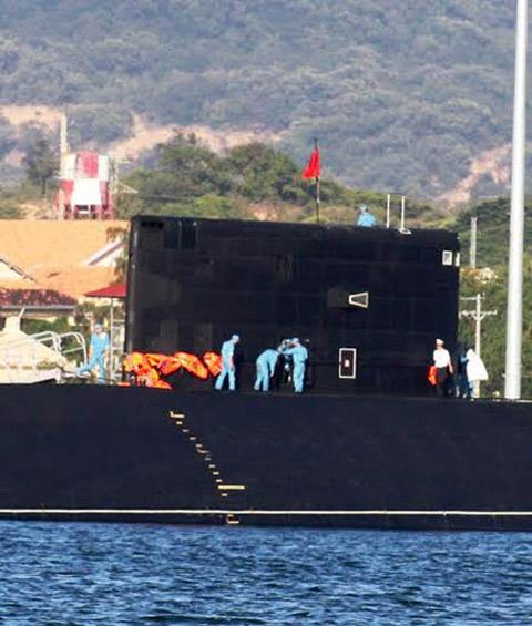 Tàu ngầm Hà Nội hùng dũng tiến ra Biển Đông 9