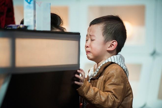 Con trai Vân Hugo đến trường quay xem mẹ làm MC  13