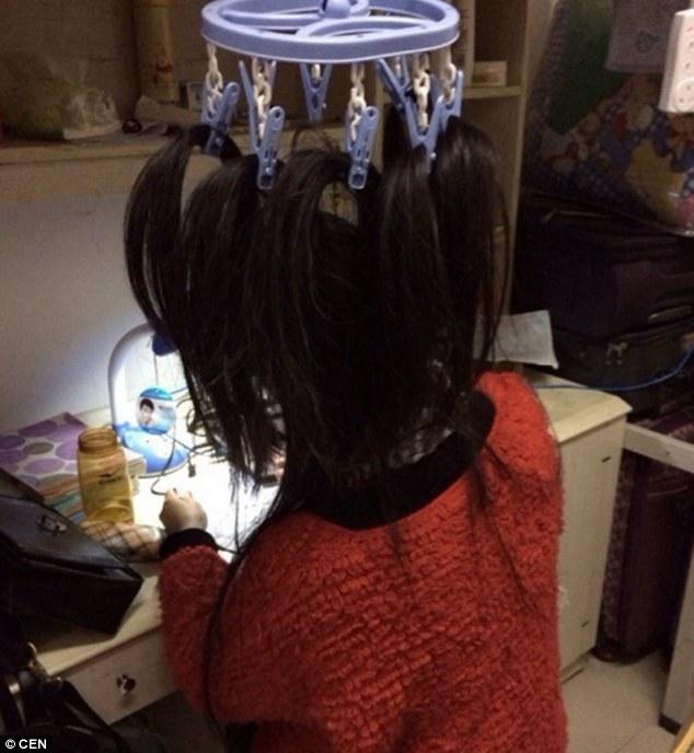 Nữ sinh treo tóc lên móc áo để luyện thi 5