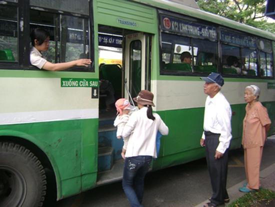 Người cao tuổi được miễn phí xe bus ở Tp Hồ Chí Minh 6