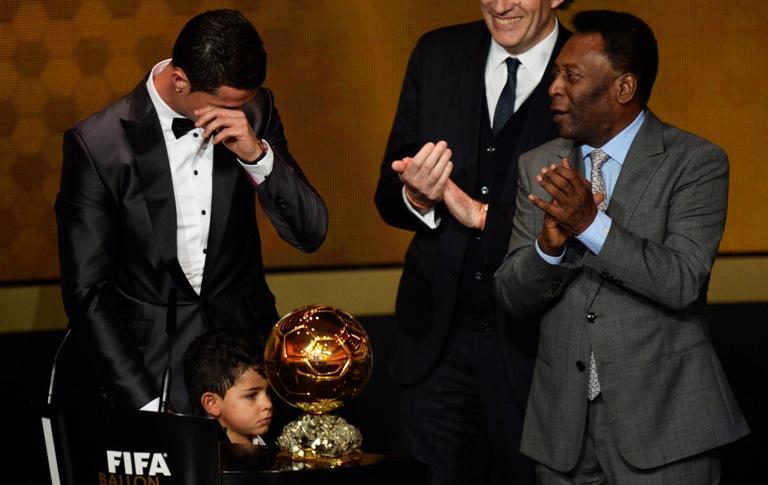 Tiết lộ: Ronaldo bật khóc rưng rức như trẻ con vì… mẹ 6