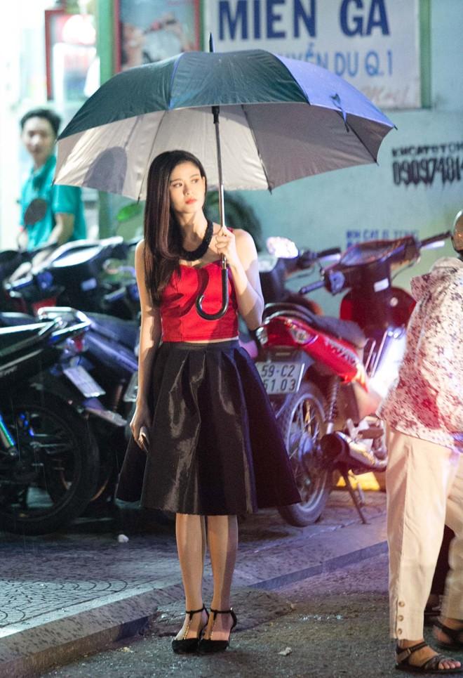 Trương Quỳnh Anh bị tuột dây áo ngay trên phố  9