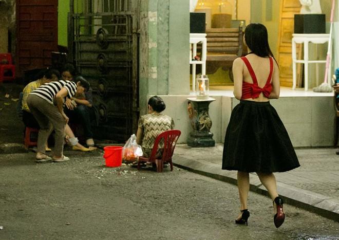 Trương Quỳnh Anh bị tuột dây áo ngay trên phố  10