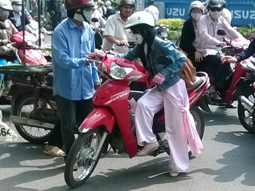 'Hiệp sĩ đường phố' đạp ngã tên cướp, giành lại xe máy cho nữ sinh 5
