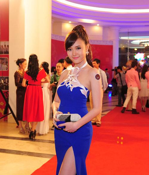 Trang Nhung khoe ngực lộ liễu trên thảm đỏ 9