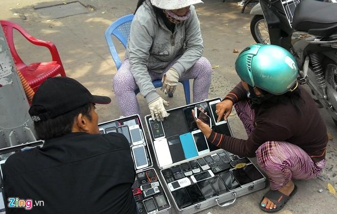 Điện thoại cao cấp 'nhái' tràn ngập vỉa hè Sài Gòn 6