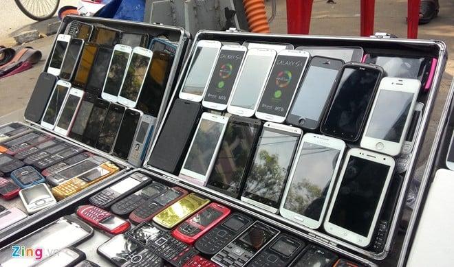 Điện thoại cao cấp 'nhái' tràn ngập vỉa hè Sài Gòn 17