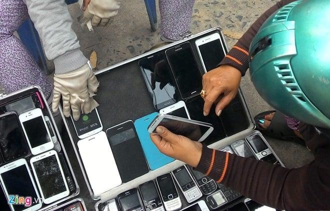 Điện thoại cao cấp 'nhái' tràn ngập vỉa hè Sài Gòn 7