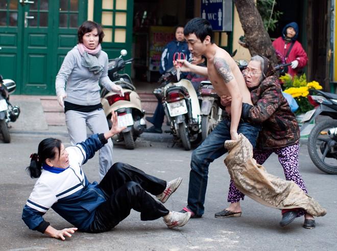 Con cầm kéo đánh mẹ giữa phố, dân không dám can ngăn 9