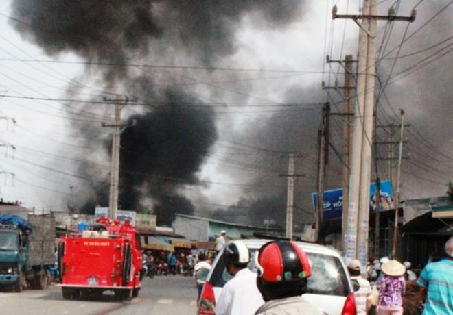 Cháy lớn thiêu rụi 3 cơ sở phế liệu trong khu dân cư 5