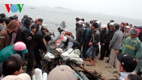 Cận cảnh vớt xác tàu bị chìm ở Huế làm 3 người chết 7