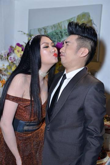 Phi Thanh Vân lộ ngực khủng, cưỡng hôn Quang Hà