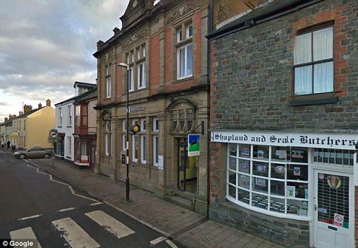 Clip: Cô gái 18 tuổi bị cướp tiền táo tợn trước ngân hàng 5