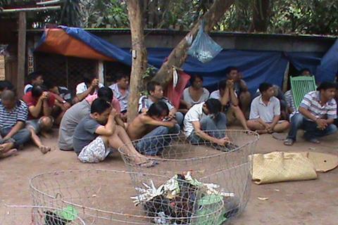 Cảnh sát đột kích trường già dịp giáp tết, bắt 30 con bạc 4