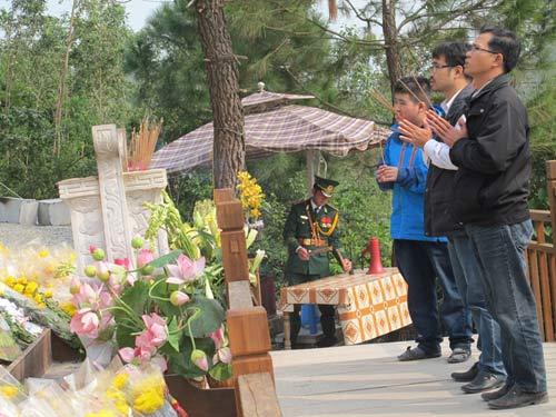 Nườm nượp khách viếng mộ Đại tướng dịp cuối năm  10